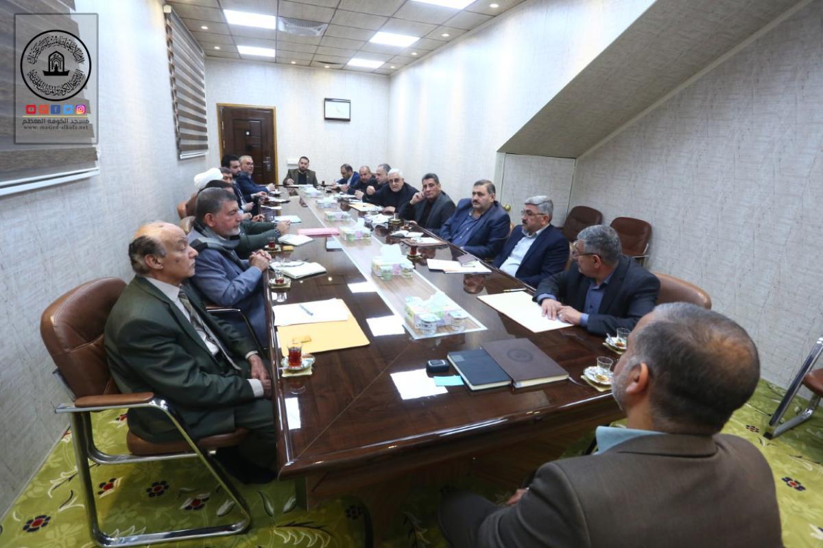 أمين مسجد الكوفة يناقش آليات النهوض بالخدمات المقدمة للزائرين
