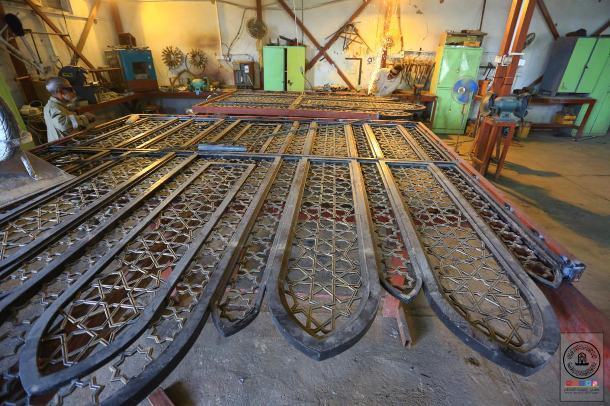 جهود متميزة وعمل فني ونوعي تقوم به وحدة الحدادة في امانة مسجد الكوفة المعظم