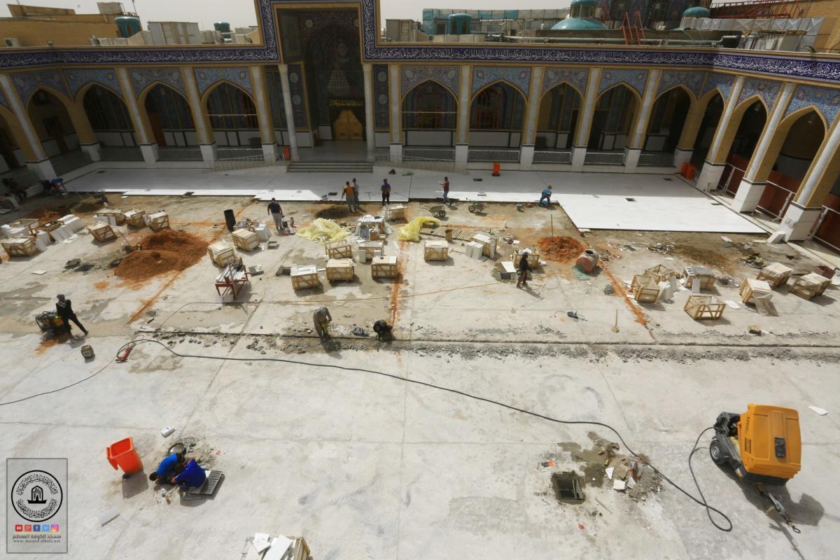 القسم الهندسي والفني في امانة مسجد الكوفة يواصل العمل في مشروع تبديل مرمر الصحن الطاهر لمسلم بن عقيل (عليه السلام)
