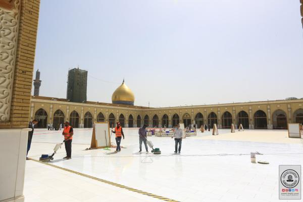 استمرار العمل في جلي أرضية باحة مسجد الكوفة المعظم