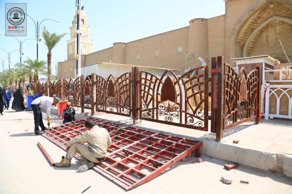 الكوادر الهندسية والفنية في أمانة مسجد الكوفة تشرع ببناء قاطع للتفتيش أمام باب الحجَّة لتسهيل دخول الزائرين من جميع الأبواب