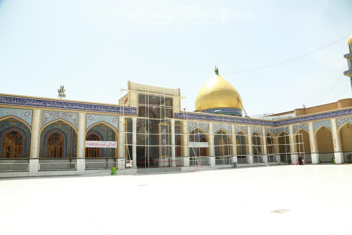 تواصل العمل في استبدال الكتيبة القرآنية فوق باب مصلى السفير مسلم بن عقيل (عليه السلام)
