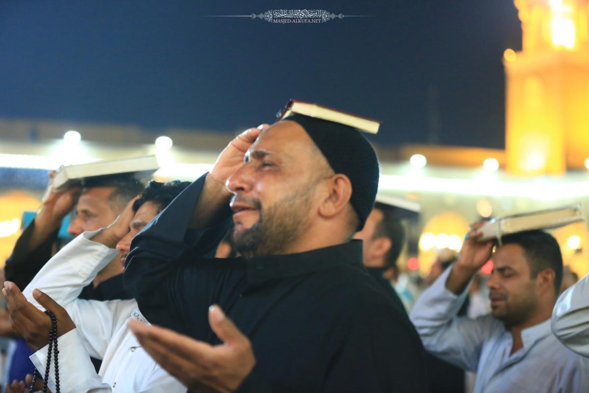 دعاء و بكاء و خشوع  و ركوع و سجود .. صور احتضنها مسجد الكوفة المعظم في ليلة القدر الثالثة