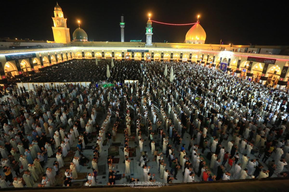 وسط أجواء إيمانية .. آلاف المؤمنون يحيون ليلة القدر الثالثة في مسجد الكوفة المعظم