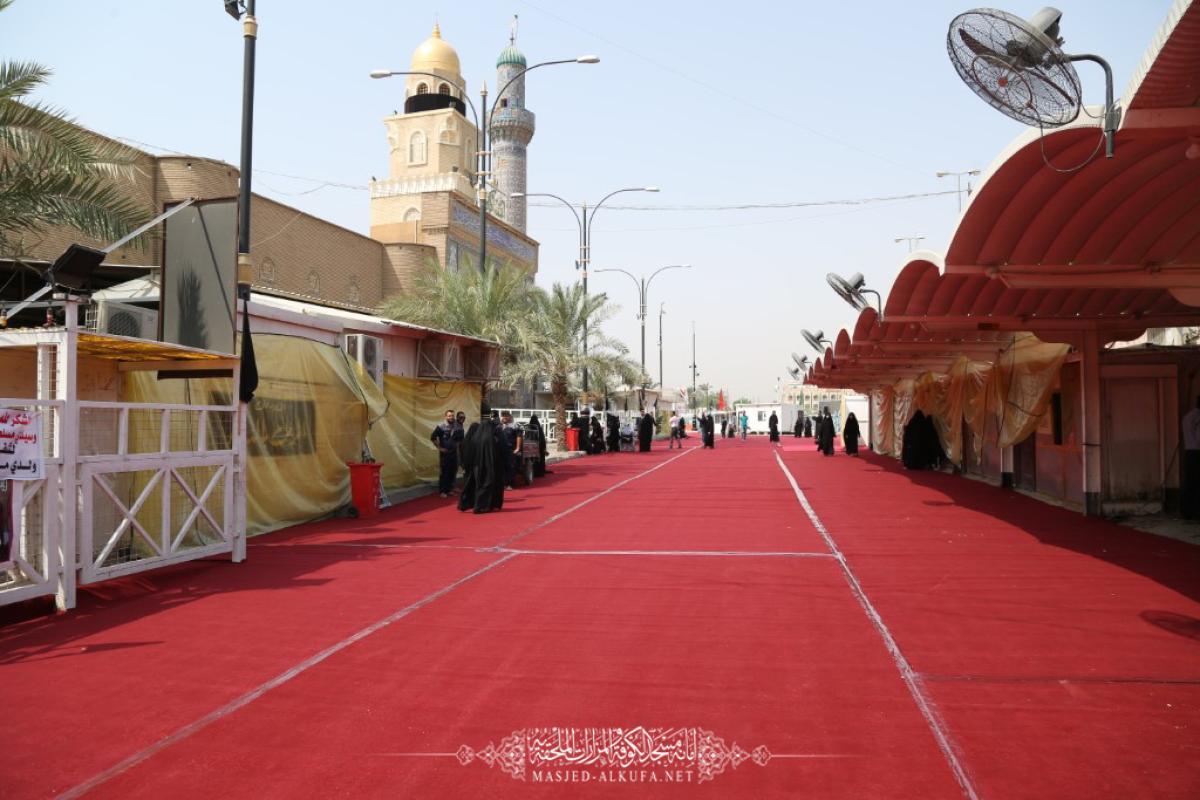 استعدادا ليوم العاشر من محرم .. أمانة مسجد الكوفة تفترش خمسة آلاف متر مربع من السجَّاد الأحمر حول المسجد