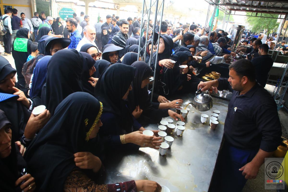 موكب امانة مسجد الكوفة المعظم يقدم الخدمات لزوار الأربعين وهم في طريقهم لكربلاء المقدسة