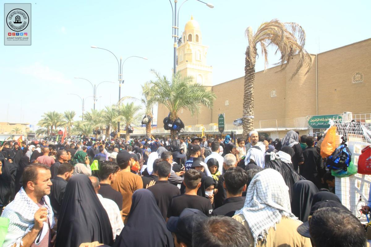 توافد زوار الأربعين على مسجد الكوفة المعظم والمراقد الطاهرة جواره