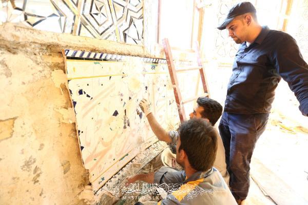 انطلاق أعمال تبديل الكاشي الكربلائي في قبة ضريح مسلم بن عقيل (عليه السلام)