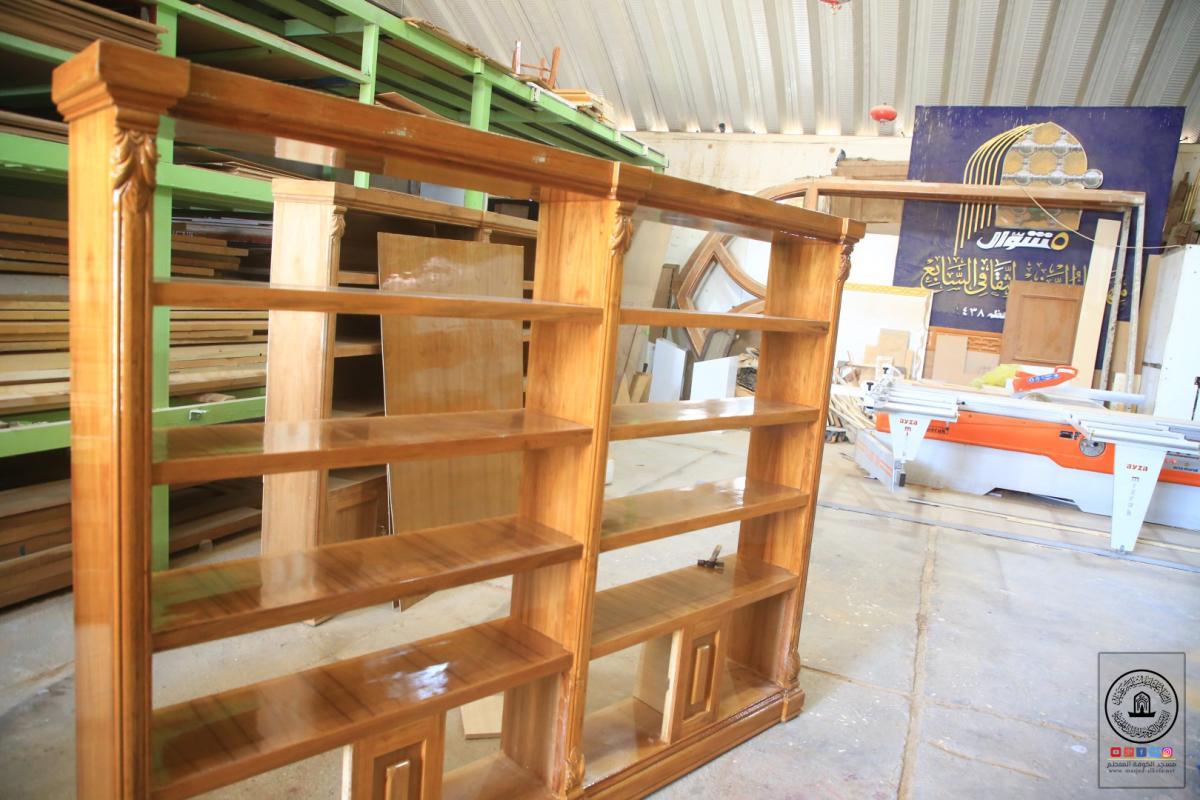 خدمة للزائرين .. الورشة الفنية في امانة مسجد الكوفة تصنع عدد من المكتبات الخشبية