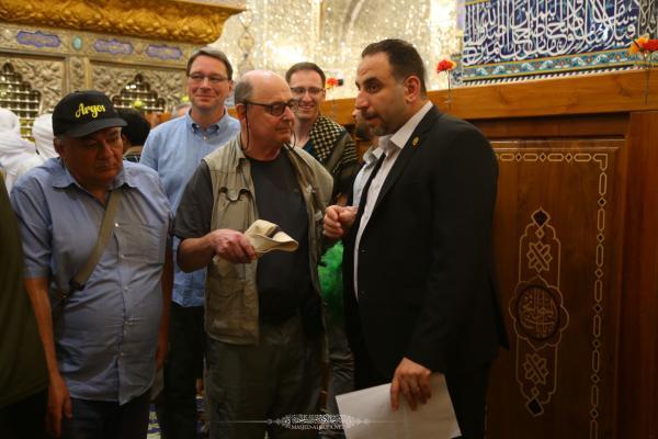 وفد متعدد الجنسيات يتشرف بزيارة مسجد الكوفة المعظم والمراقد الطاهرة جواره
