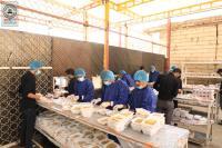 مضيف مسجد الكوفة المعظم يواصل توزيع وجبات الطعام على زوار الاربعين