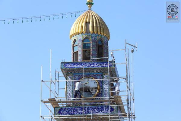 المباشرة بترميم وتبديل الكاشي الكربلائي حول مأذنة الساعة في مسجد الكوفة المعظم وصيانتها