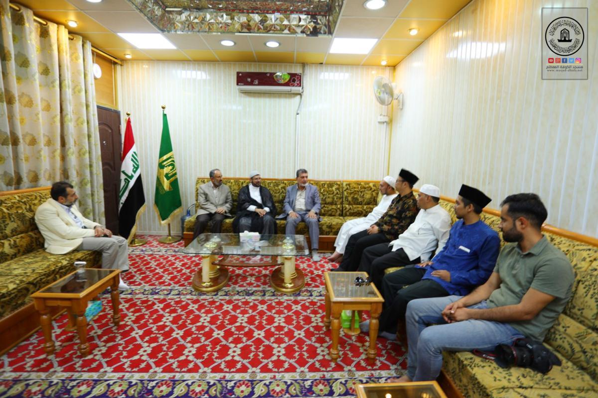 وفد رابطة القراء والحفاظ الاندونيسي يتشرف بزيارة مسجد الكوفة المعظم والمزارات الملحقة به