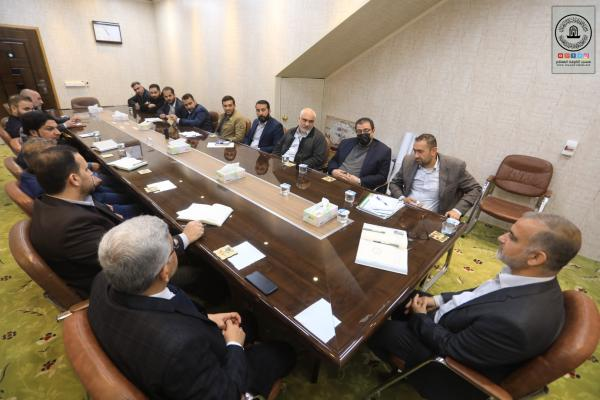 أمين مسجد الكوفة يناقش المشاريع القائمة ونسب انجازها مع القسم الهندسي