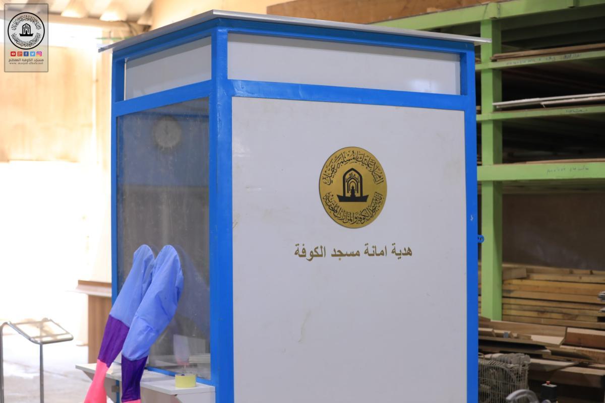 امانة مسجد الكوفة تصمم غرفة أخذ عينات المصابين بكورونا وتمنحها لمديرية الصحة