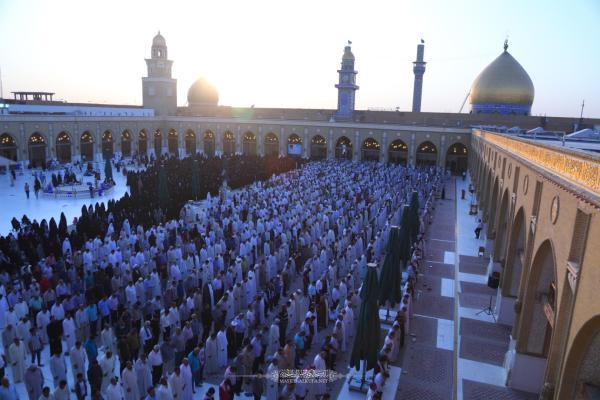 بحضور جمع غفير من المؤمنين.. إقامة صلاة العيد في باحة المسجد المعظم بإمامة معتمد المرجعية سماحة السيد حسين النوري