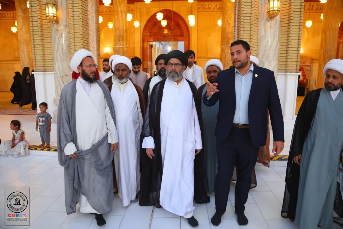 مسؤول مجلس علماء الطائفة الشيعية في باكستان العلامة السيد ساجد علي النقوي برفقة جمع من طلبة الحوزة العلمية في النجف الأشرف يتشرَّفون بزيارة مسجد الكوفة المعظم