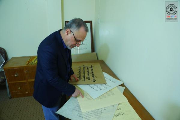 وصول عدد من المشاركات في مسابقة السفير الدولية للخط العربي لأمانة مسجد الكوفة المعظم