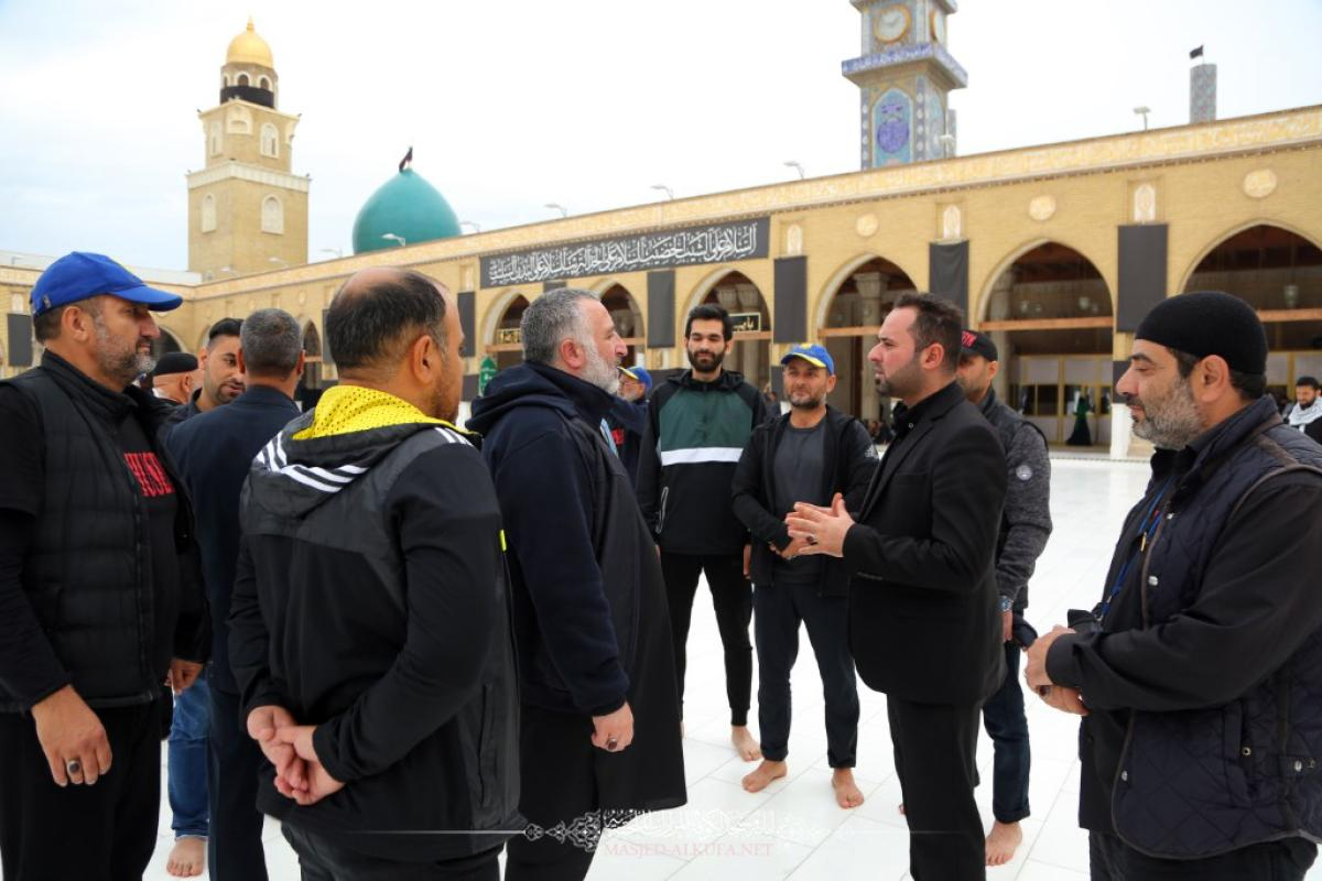 وفد طلابي أوكراني يتشرف بزيارة مسجد الكوفة المعظم والمراقد الطاهرة جواره ويطلع على معالمها التراثية