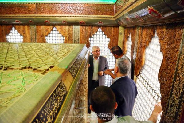 الانتهاء من وضع صندوق الخاتم على ضريح السفير مسلم بن عقيل (عليه السلام)