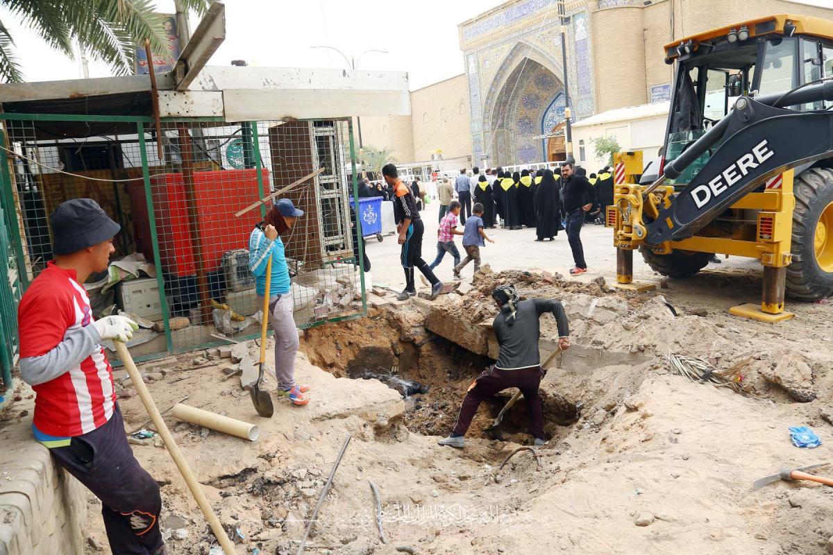 صيانة أنابيب المياه قرب مزار السيدة خديجة (عليها السلام) من قبل الكوادر الهندسية في أمانة مسجد الكوفة المعظم