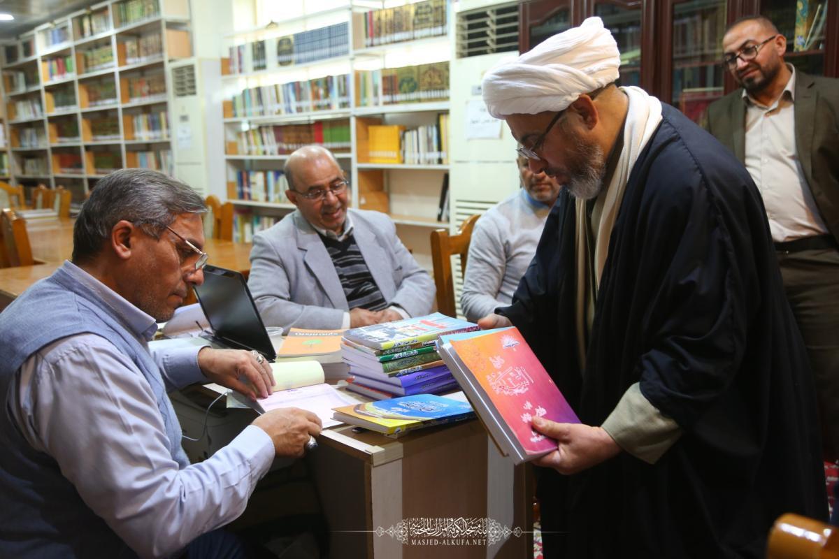 المكتبة العامة في مسجد الكوفة المعظم تتسلم مجموعة كتب قيِّمة مهداة من قسم الشؤون الفكرية في العتبة العباسية المقدسة