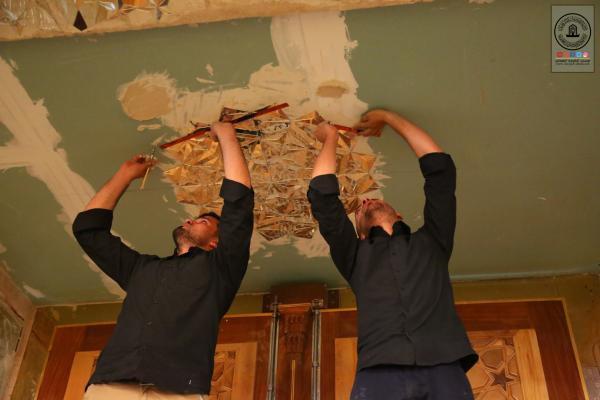 استمرار أعمال صيانة الزجاجيات في الحضرات المقدسة والمصلى التابعة لأمانة مسجد الكوفة المعظم