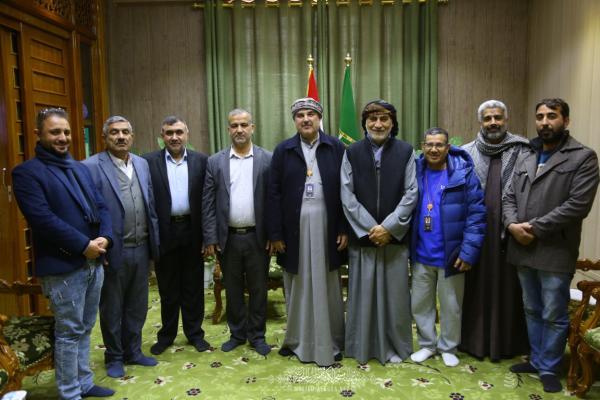 وفد كويتي يتشَّرف بزيارة مسجد الكوفة المعظَّم ويهدي مجموعة من العطور للمراقد المقدَّسة جواره