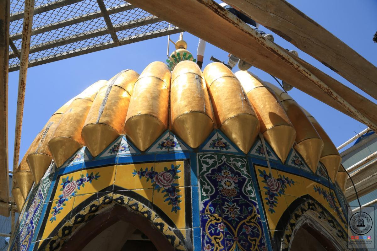 المباشرة بتثبيت البلاطات الذهبية في مأذنة الساعة في صحن مسلم بن عقيل (عليه السلام)