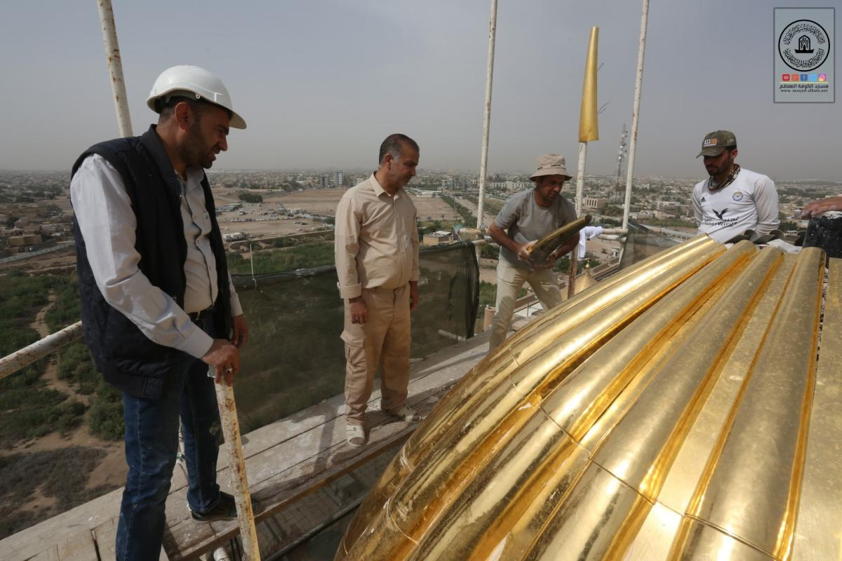 أمين مسجد الكوفة يشارك بوضع الأشياف الذهبية في قبب منائر صحن مسلم بن عقيل (عليه السلام)