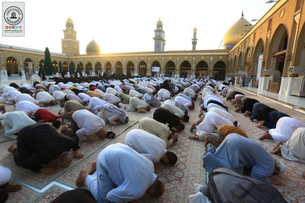 بحضور جمع غفير من المؤمنين.. إقامة صلاة العيد في باحة المسجد المعظم بإمامة معتمد المرجعية سماحة السيد حسين الكربلائي