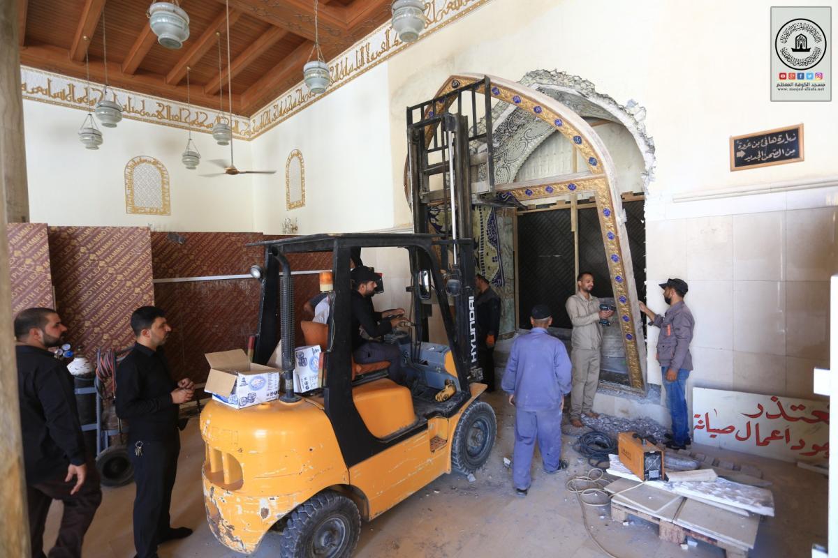المباشرة بتنصيب باب حضرة هانئ بن عروة (رض) المطلة على مسجد الكوفة