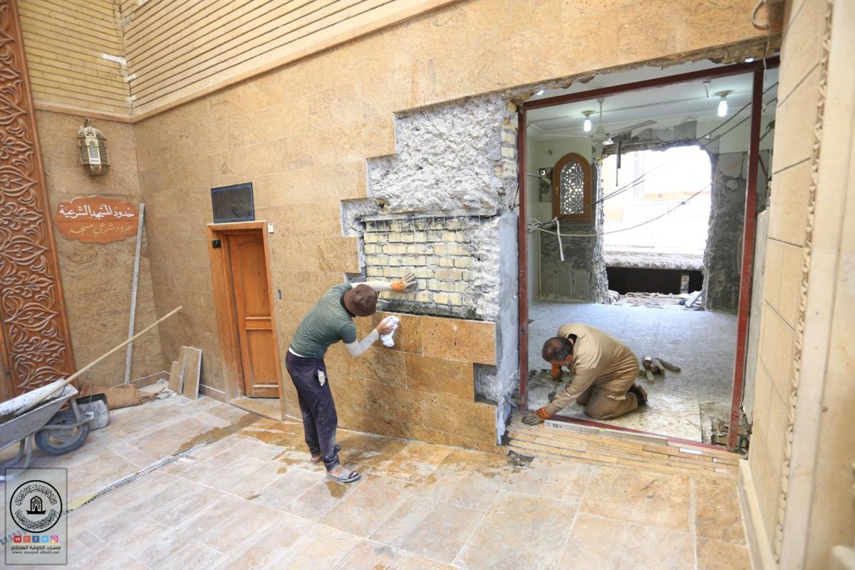 صيانة جدران وأرضية باب الرحمة في مسجد الكوفة المعظم