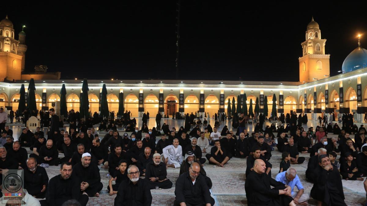 المؤمنون يقيمون مجالس العزاء في العشرة الثالثة من محرم الحرام بمسجد الكوفة المعظم