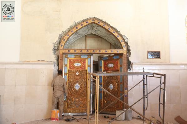 المباشرة بتنصيب باب حضرة الصحابي هانئ بن عروة (رضوان الله عليه) المطلة على مسجد الكوفة المعظم
