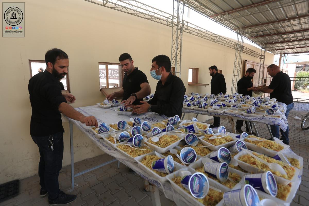 مضيف السفير يباشر بتوزيع الطعام على الزوار الوافدين الى طريق كربلاء مرورا بمسجد الكوفة المعظم