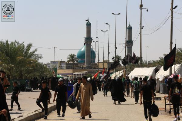 توافد الزائرين على مسجد الكوفة المعظم خلال مسيرهم الى كربلاء المقدسة لزيارة الاربعين