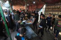 من جوار مسجد الكوفة المعظم .. المواكب الخدمية تتسابق لتقديم الخدمات لزوار الاربعين