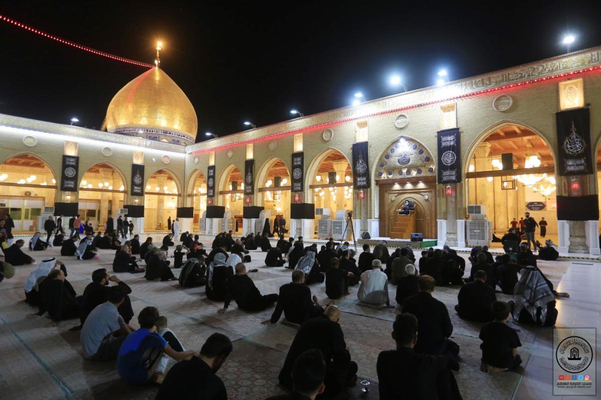 استمرار إقامة مجالس العزاء في مسجد الكوفة المعظم بحضور زوار أربعينية الإمام الحسين (عليه السلام)