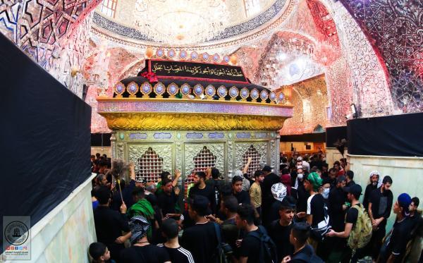 أفواج الزائرين تتوجه الى مسجد الكوفة ومرقد مسلم بن عقيل (عليه السلام) خلال زيارة اربعينية الإمام الحسين (عليه السلام)