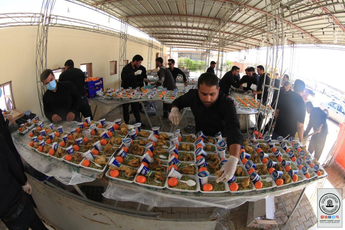 بالصور .. مضيف مسلم بن عقيل (عليه السلام) يوزع آلاف وجبات الطعام يومياً على زوار الأربعين