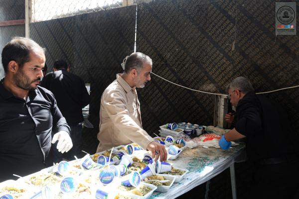 مضيف مسلم بن عقيل (عليه السلام) يواصل توزيع الطعام على زوار الأربعين العائدين من كربلاء المقدسة