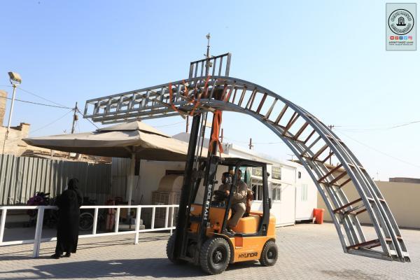 المباشرة بتنصيب الاقواس الحديدية على بوابة الإمام علي (عليه السلام)