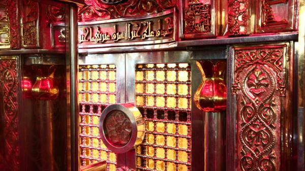 الكوادر الهندسية في أمانة مسجد الكوفة توسع شباك محراب أمير المؤمنين (عليه السلام)