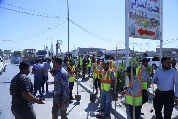 قسم الخدمات في أمانة مسجد الكوفة المعظم يشارك في مشروع تنظيف وتأهيل شارع مطار النجف الأشرف الدولي