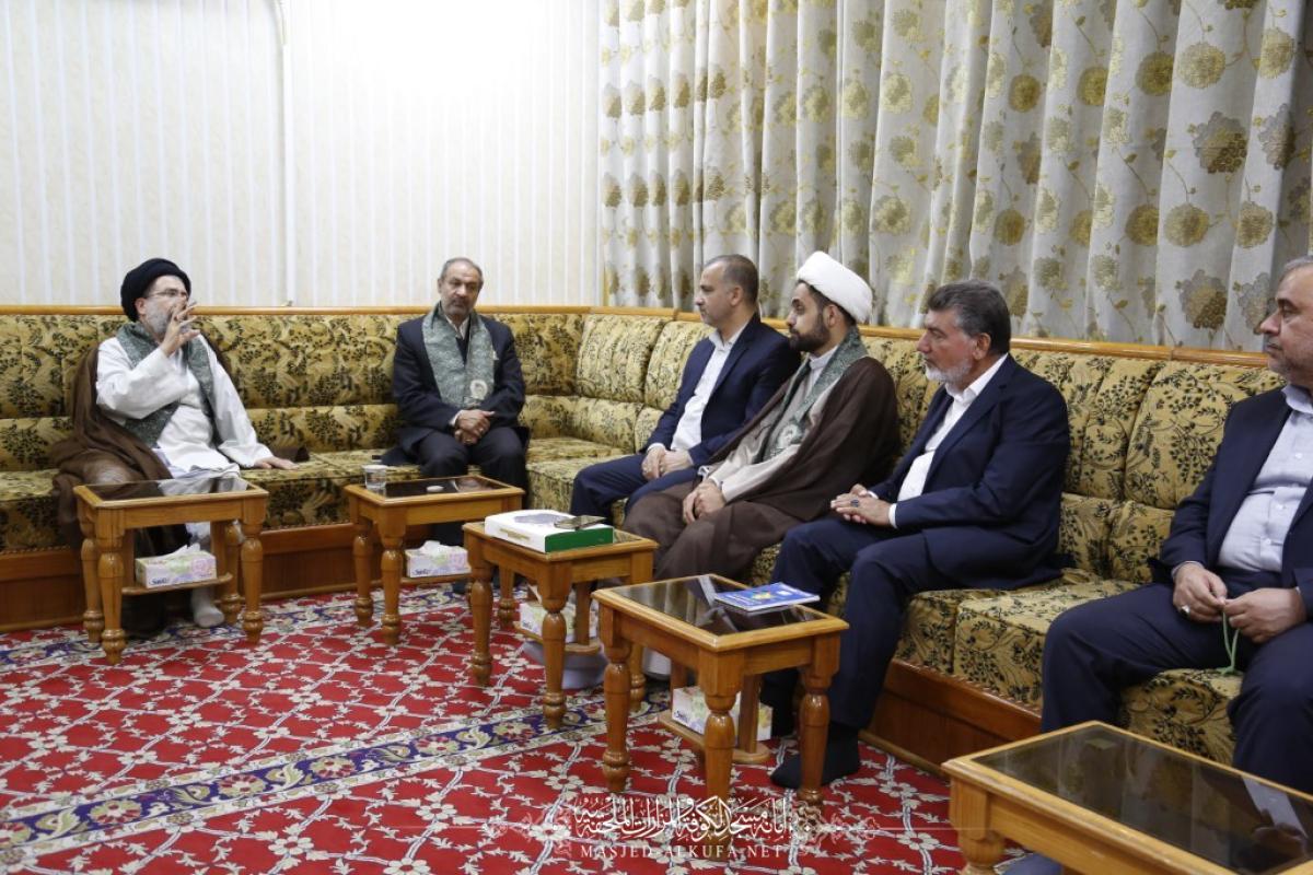أمين مسجد الكوفة يستقبل راية المرقد الرضوي المطهر ويناقش التعاون بين العتبات المقدسة