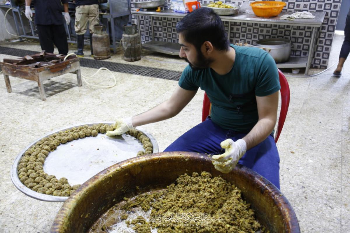 بتفاني وإخلاص .. منتسبو أمانة مسجد الكوفة يواصلون تقديم الطعام والشراب والخدمات لزوار الأربعين
