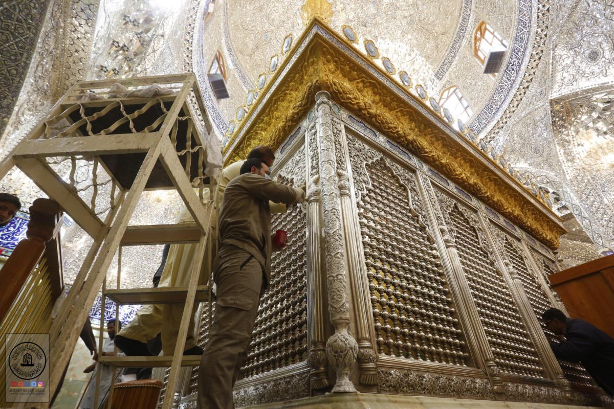 بالصور .. تنظيف وجلي التاج الذهبي والمشبك الفضي لضريح مسلم بن عقيل (عليه السلام)