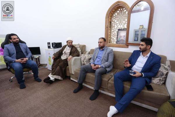 رئيس قسم الإعلام في مسجد الكوفة يستقبل وفد مركز تراث سامراء ويناقش آليات التعاون