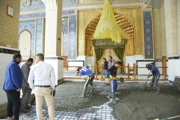 شعبة الصيانة في امانة مسجد الكوفة المعظم تواصل أعمالها في ترميم ارضية باب ضريح مسلم بن عقيل (عليه السلام)